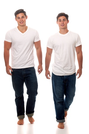 gemelas: Casual hermanos gemelos. Estudio de disparo sobre el blanco. Foto de archivo
