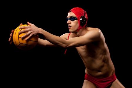 waterpolo: Agua Male jugador de polo. Estudio tirado sobre negro.