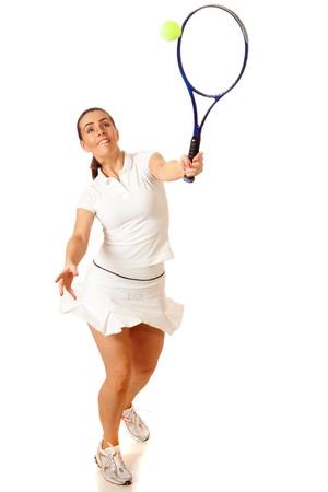 성인 여자 플레이 테니스. 스튜디오 화이트 이상의 총. 스톡 콘텐츠