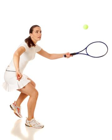 raqueta de tenis: Mujer adulta jugando al tenis. Estudio tirado sobre blanco.