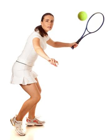 jugando tenis: Mujer adulta jugando al tenis. Estudio tirado sobre blanco.