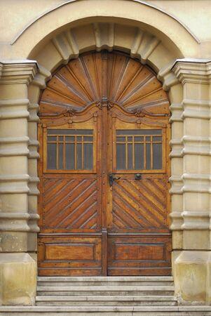 sculpted: architectonische details van een oude sculpted houten deur