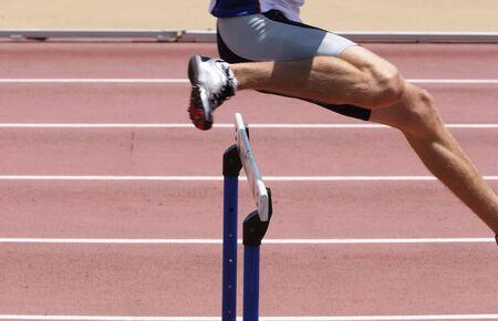 Ein Athlet die Hürden springen