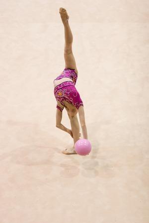 A female competitor in a Rhythmic Gymnastics event Standard-Bild