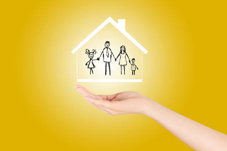 Abrir las manos haciendo un gesto de protección aislados en el seguro background.Property amarillo y el concepto de seguridad, Seguro de vida familiar, protección de