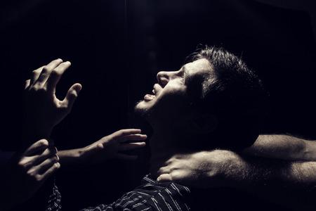 depresi�n: Destac� frustrado retrato deprimida de una joven estudiante manlooking arriba en busca de ayuda para arriba aislado en negro background.Facial expressionPortrait de un hombre estudiante Foto de archivo