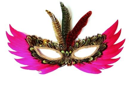 maschera di piume colorate su sfondo bianco