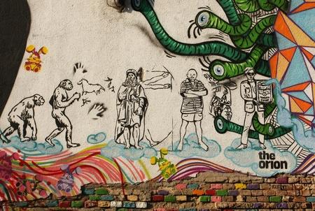 evolucion: Pared de graffiti en Timisoara (oeste de Rumania) que representa el centro histórico de la evolución humana estilizada. otoño de 2010 Editorial