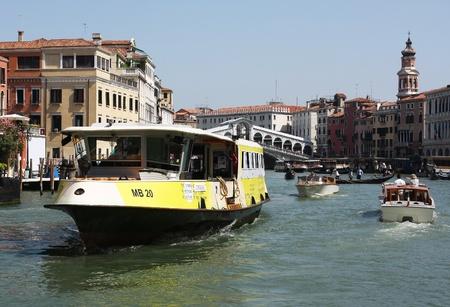 Venise bateau-bus (vaporetto) le Grand Canal. Lieu: Venise, Italie, Ao�t 2011 Banque d'images - 11440940