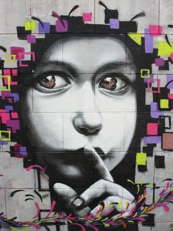 Originál - dieťa graffity - dieťa ukazuje, aby sme boli ticho - dieťa si drží prst na perách