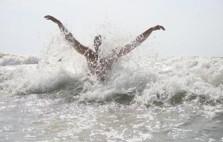 ahogarse: El hombre golpeado por las olas en el mar