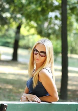 banc de parc: Belle jeune fille debout sur un banc