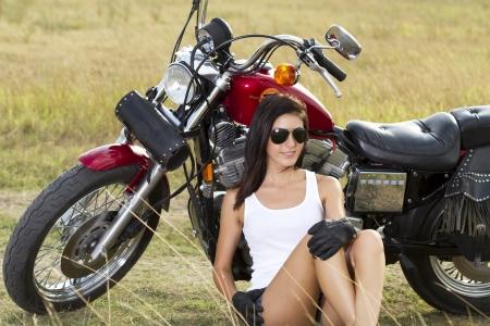 motorrad frau: Junge schöne Mädchen stand in der Nähe eines Motorrades