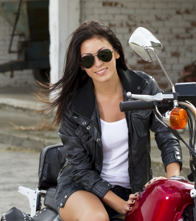 Belle fille sur une moto photo