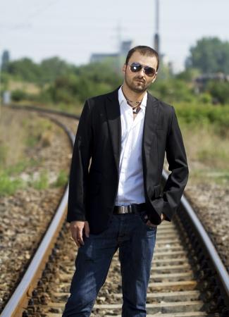 hombre con barba: Retrato linda joven en un ferrocarril Foto de archivo