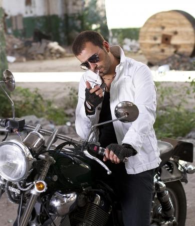 encendedores: Motocicleta eléctrica jinete un cigarrillo Foto de archivo