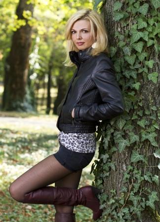 belles jambes: Sexy femme blonde dans la nature pr�s d'un arbre