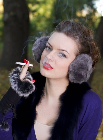 chica fumando: Hermosa mujer de fumar