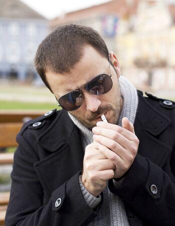encendedores: El hombre encendiendo un cigarrillo