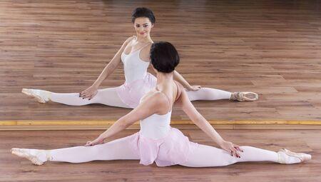 beine spreizen: Graceful Ballerina in Training im Studio