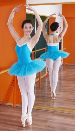 buena postura: Hermosa Bailarina joven