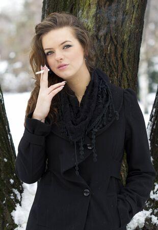 chica fumando: Fumar mujer Foto de archivo