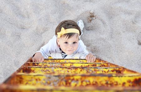 niño trepando: Subiendo la escalera niña bebé Foto de archivo