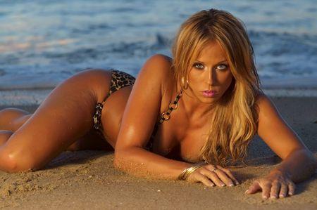 deseo sexual: Ni�a hermosa bikini en la playa al atardecer  Foto de archivo