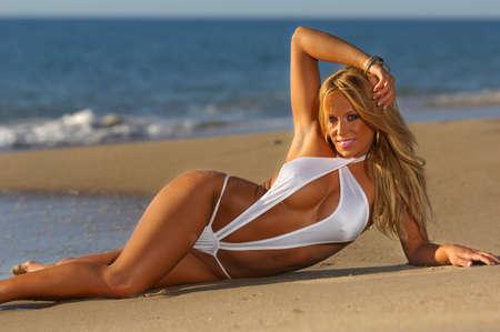 hotbabe: Beautiful beach bikini girl