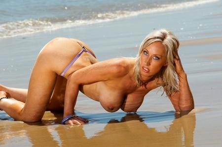 Beautiful breasts: Sexy cô gái ngực trần bãi biển