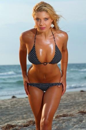 Playa Hermosa chica del bikini Foto de archivo - 12924377