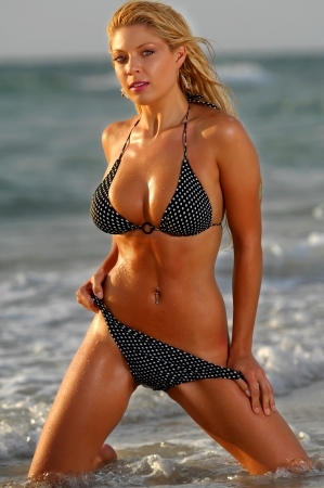 petite fille maillot de bain: Bikini girl sexy
