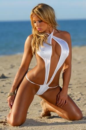 bare women: Sexy beach bikini