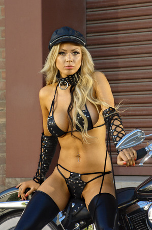 rider: Sexy muchacha del motorista de la motocicleta de cuero que llevaba