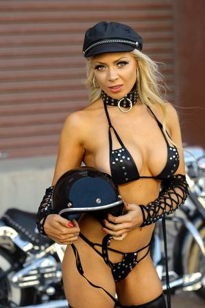 chica sexy: Sexy muchacha del motorista de la motocicleta de cuero que llevaba