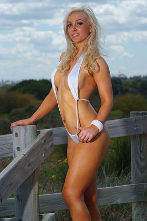 chica sexy: Playa chica sexy en bikini micro Foto de archivo