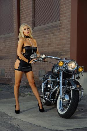 Sexy muchacha del motorista de la motocicleta de cuero que llevaba Foto de archivo - 56977805