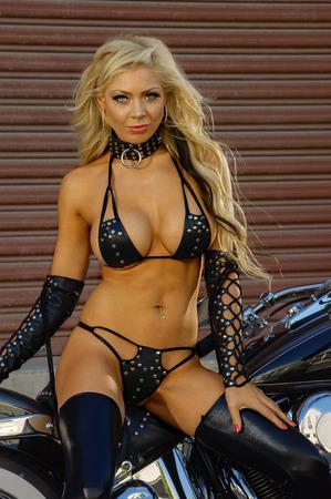 motorrad frau: Sexy Motorradbiker Mädchen tragen Leder Lizenzfreie Bilder