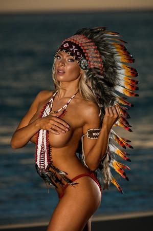 wojenne: Sexy kobieta ma na sobie maski Wojny Indian
