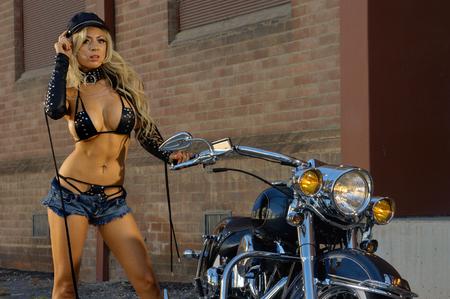 Chica sexy motociclista  Foto de archivo - 74188973