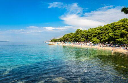 View near Punta Rata, small Podrace beach, Brela Kamen Rock - symbol of Brela. Makarska Riviera, Croatia. Imagens