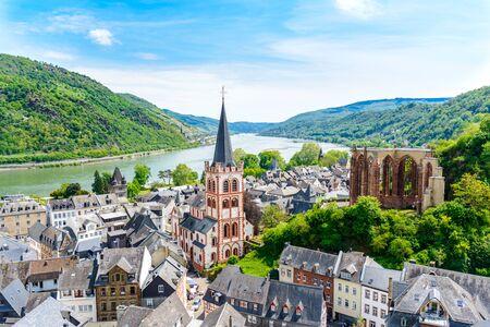 Bacharach am Rhein. Petite ville sur le Haut-Rhin moyen (Mittelrhein). Belle vue panoramique aérienne de carte postale. Rhénanie-Palatinat (Rheinland-Pfalz), Allemagne. Unesco.