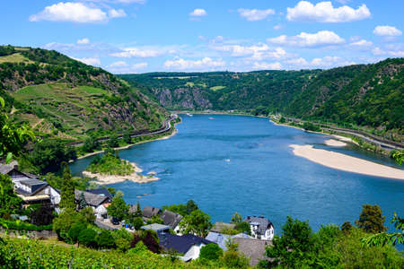 Aerial view on Oberwesel am Rhein. Small town on the Upper middle Rhine River (Mittelrhein). Beautiful panoramic postcard view. Rhineland-Palatinate (Rhineland-Palatinate), Germany. Banco de Imagens