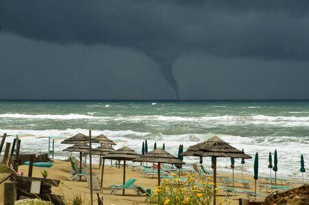 waterspout: minacciando getto d'acqua sul mare Editoriali