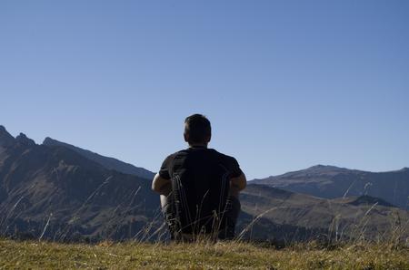 Boy thinking on the top of a mountain 版權商用圖片 - 91459388