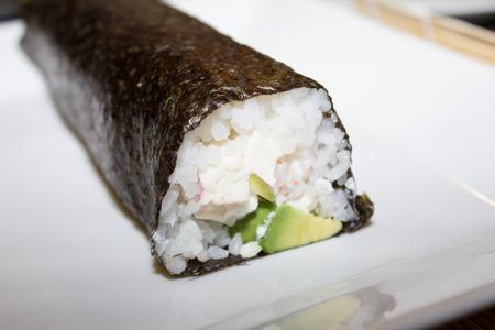 maki sushi: D�licieux sushis makis au saumon, avocat et concombre.