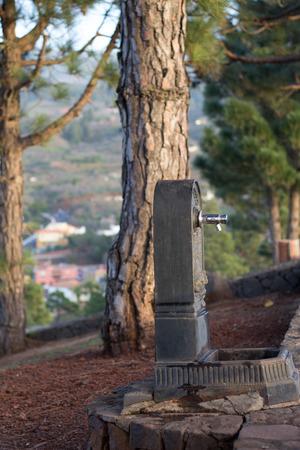 source d eau: distributeur d'eau publique dans le parc. Banque d'images