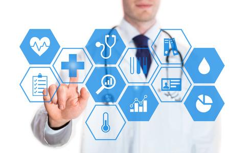 心拍数、血圧、体温、統計、医師、白い背景で隔離のボタンに触れることについてアイコンで仮想画面上個人の健康データの概念