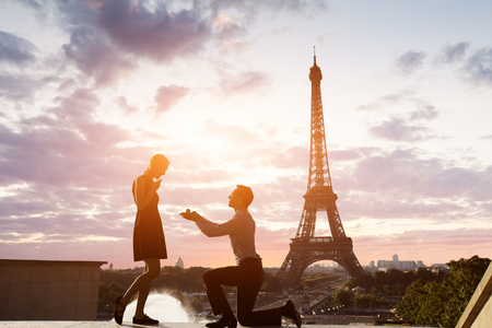 Propuesta de matrimonio romántico en la Torre Eiffel, París, Francia