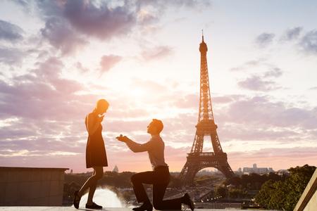 Romantisch huwelijksvoorstel in de Eiffeltoren, Parijs, Frankrijk